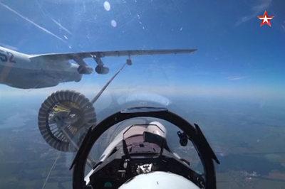 Cảnh ngoạn mục chiến cơ Nga tiếp liệu giữa không gian