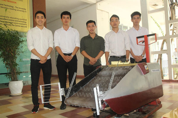 Young students design made-in-Da Nang trash collector