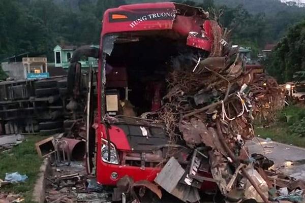 Video xe tải đấu đầu xe khách, 3 người chết ở Hòa Bình
