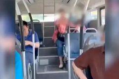 Tranh cãi vụ ông bà cho cháu nhỏ đại tiện trên xe buýt