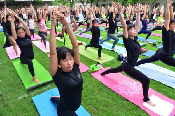 Hàng trăm người tham gia đồng diễn Yoga