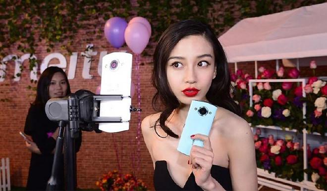 Cô gái Trung Quốc bị chỉ trích vì mặc váy ngắn, đóng giả giáo viên