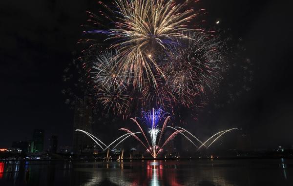 Hồng Nhung hát tình ca nước Ý trong Lễ hội pháo hoa quốc tế Đà Nẵng