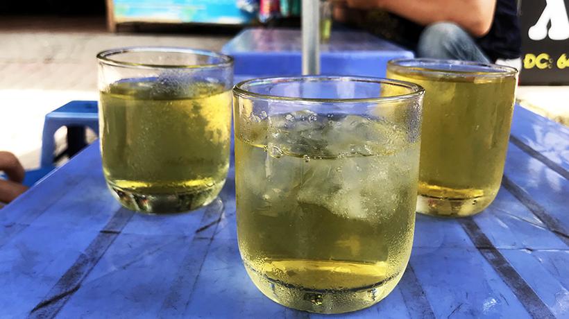 'Mầm bệnh' ẩn chứa trong cốc trà đá vỉa hè