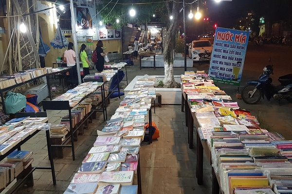 'Con đường sách' ở Huế bị khai tử sau một năm vì bày sách giả, sách lậu