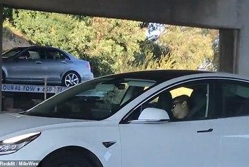 """Tài xế Tesla ngủ """"ngoẹo đầu"""" để mặc xe chạy trên cao tốc"""