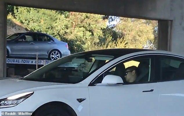 Tài xế Tesla ngủ 'ngoẹo đầu' để mặc xe chạy trên cao tốc