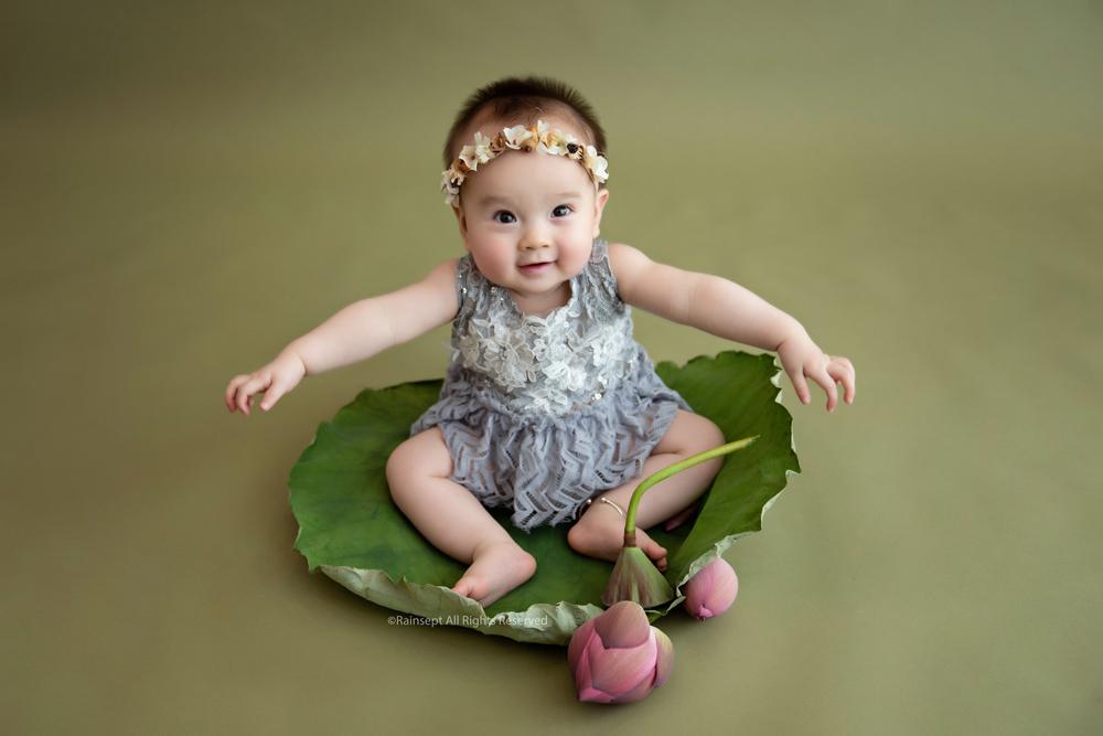 Bộ ảnh em bé bên hoa sen 'đốn tim' ngàn người xem