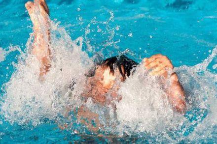Bé trai Hà Nội suýt chết ở bể bơi, sai lầm khi sơ cứu cần bỏ ngay
