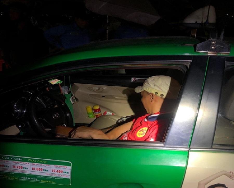 Cảnh sát giao thông Bình Dương truy đuổi, tóm gọn tên cướp taxi