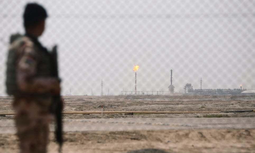 Tên lửa bắn trúng trụ sở các hãng dầu, ba người bị thương