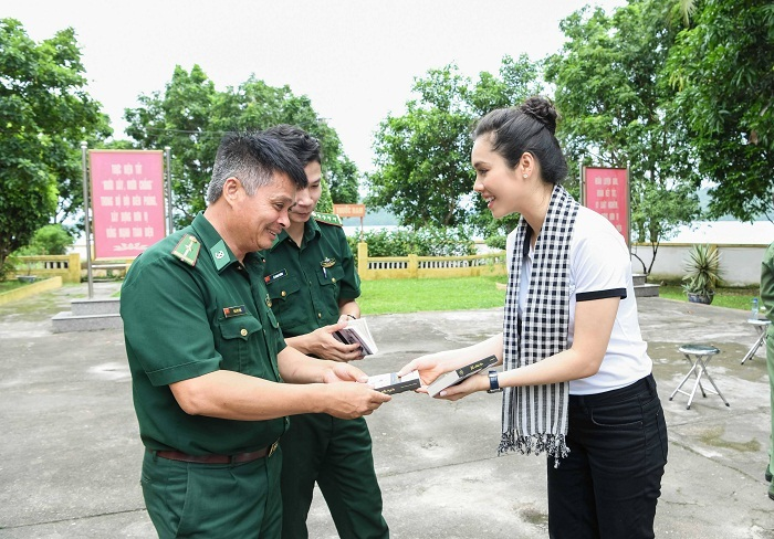 Mỹ Linh, Hoàng My tặng sách quý ngoài đảo vịnh Bắc Bộ