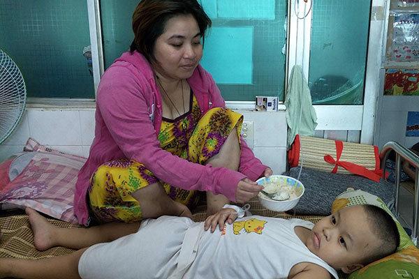 Người mẹ trẻ lặng lẽ lau những giọt nước mắt hằng đêm ở viện nhi