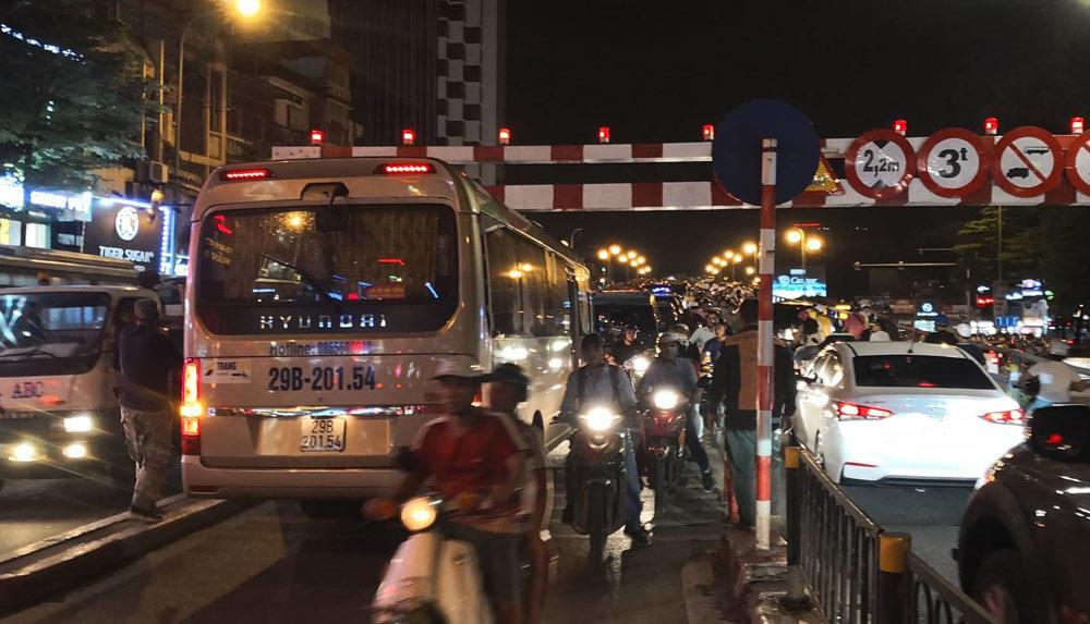 Xe khách 29 chỗ cố leo cầu vượt Thái Hà, mắc kẹt ở thanh chắn - Ảnh 2.