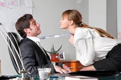Vợ ngoại tình với sếp bị sa thải, ly hôn chia tài sản thế nào?