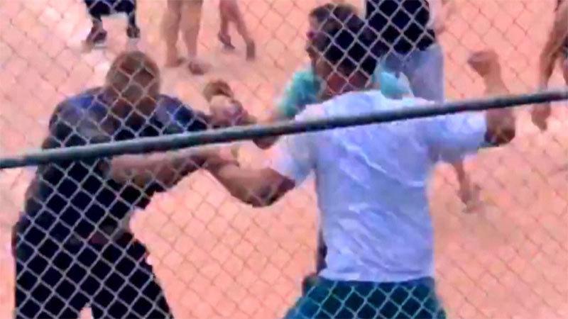 Xem con đấu bóng, cha mẹ hỗn chiến tại sân