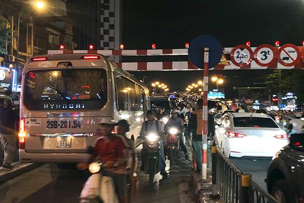 Tài xế xe 29 chỗ mắc kẹt trên cầu vượt Thái Hà bị phạt 1 triệu