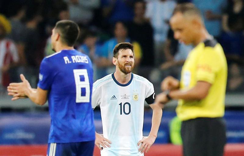 Messi cô đơn quá, Argentina may mãi được sao