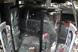 Dùng xe tải phá tường, trộm hết tiền cây ATM
