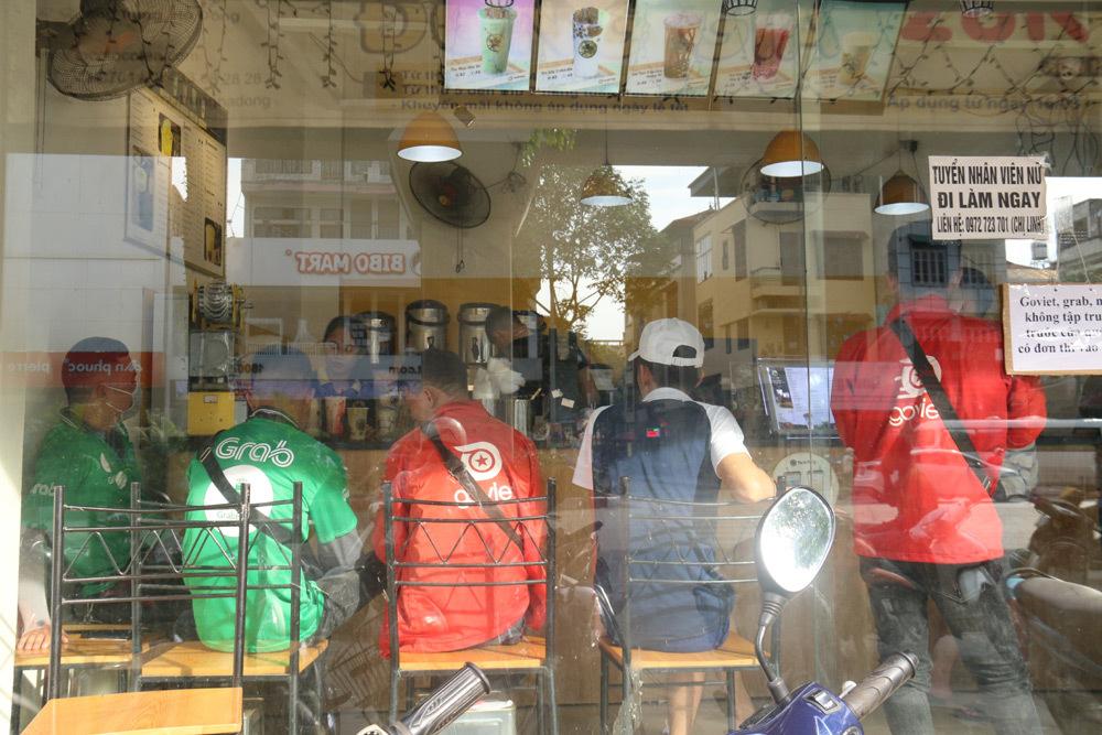 Cảnh lạ trước cửa hàng trà sữa, đồ ăn vặt ngày nắng nóng đỉnh điểm