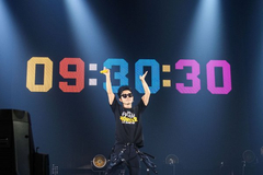 Ca sĩ Hàn 53 tuổi gây sốt với hòa nhạc dài 10 tiếng, 93 bài hát