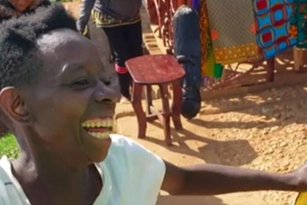 Niềm vui vô giá của người phụ nữ châu Phi lần đầu đi giày