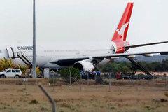 Phút kinh hoàng phi công giành giật sự sống cứu hơn 300 người