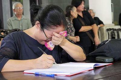 Nghệ sĩ khóc nghẹn tới viếng NSƯT Quang Thái