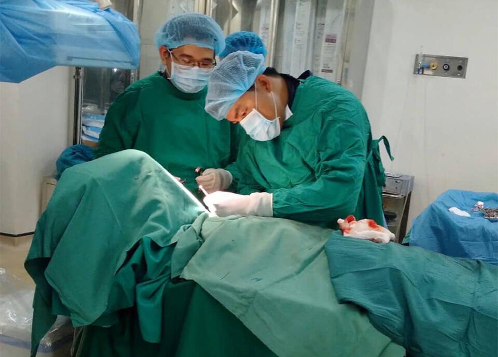 Bị đau hố chậu và sốt 3 ngày, ông cụ 82 tuổi không ngờ áp xe ruột thừa đầy mủ