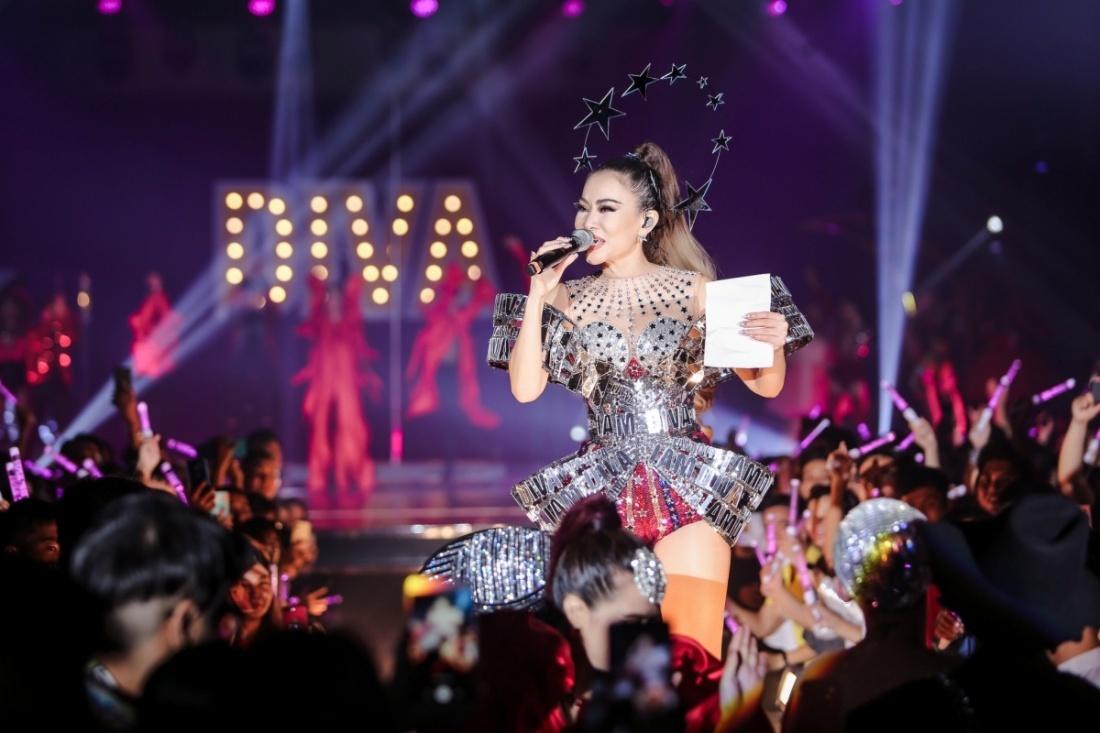 Thu Minh 'quẩy' cùng dàn sao Việt, 'đọ giọng' Diva Hàn Quốc