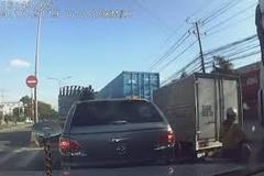 Đi vào đúng điểm mù của xe tải, người phụ nữ bị cán qua