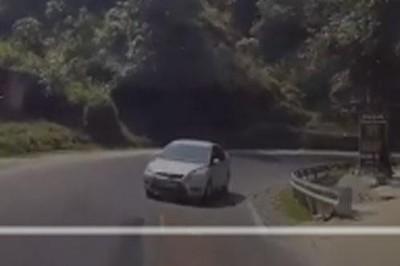 Ô tô hồn nhiên đi ngược chiều, tạt đầu xe đang đổ dốc