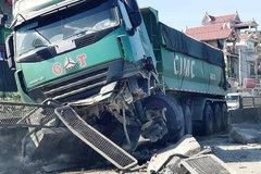 Xe máy 'tạt đầu', ô tô biển 80 cùng xe container gặp nạn ở Nghệ An