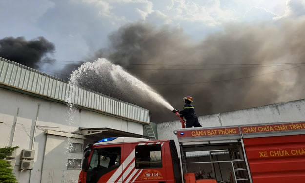 Nổ khu nhà kho lửa bùng dữ dội, cột khói ngút trời ở khu công nghiệp Bình Dương