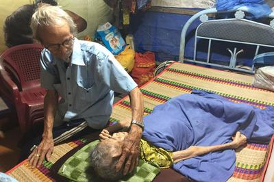 Xúc động tình yêu của cụ ông Sài Gòn với người vợ nằm liệt giường
