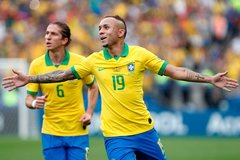 Everton, bay cao cùng Brazil và giấc mơ MU