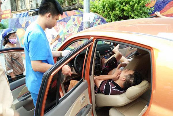 Ô tô lao vỉa hè Hà Nội, tài xế ngủ lăn lay không tỉnh phải gọi cấp cứu