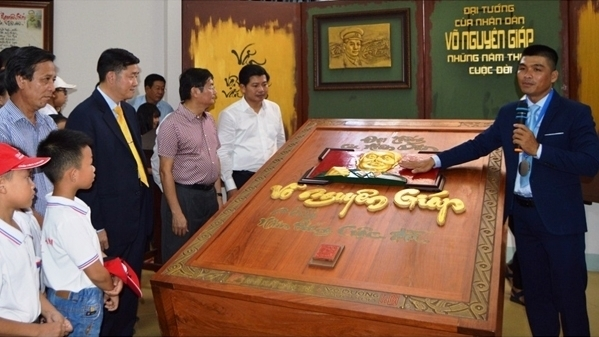 Quang Binh museum receives record calligraphy book on General Vo Nguyen Giap