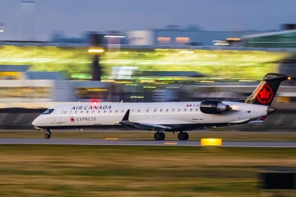 Ác mộng nhớ đời của hành khách ngủ quên trên máy bay