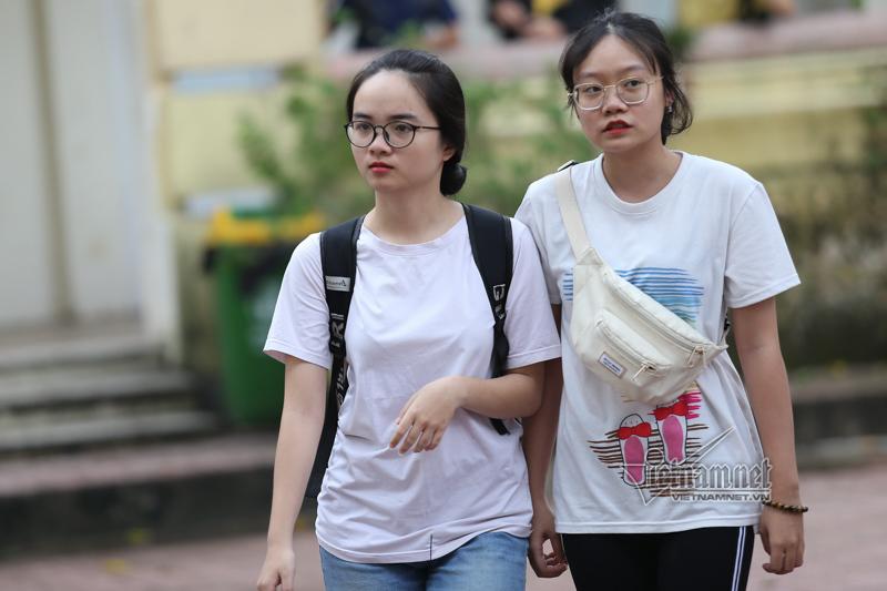 Cảm động hình ảnh cha đưa con gái đi xe lăn đến trường thi