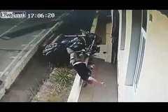 Lao như tên bắn, mô tô tông thẳng vào cửa nhà