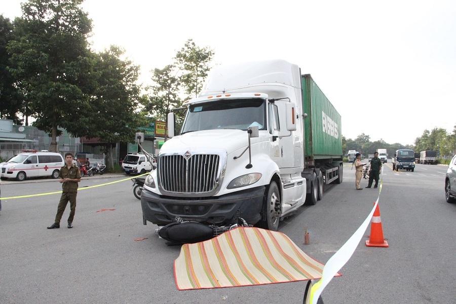 Chạy xe máy qua đường, người đàn ông ở Bình Dương bị xe container cán chết