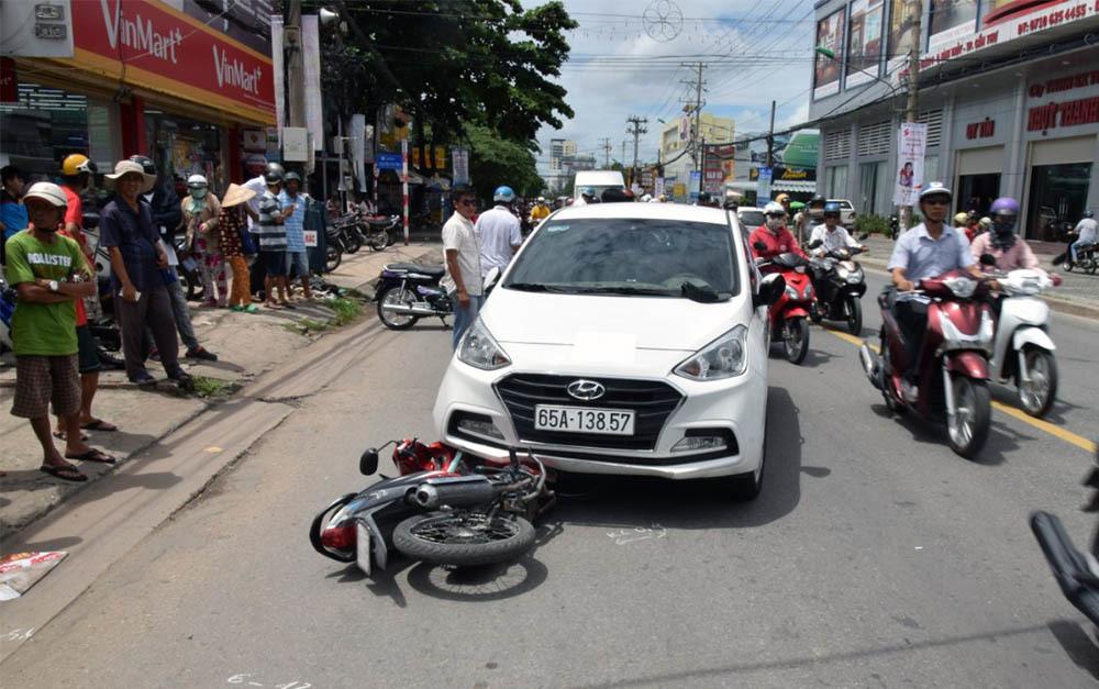 Gã thanh niên lái ô tô tông xe cảnh sát rồi kéo lê trên phố Cần Thơ