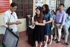 Giám thị xếp hàng chờ bốc thăm trông thi quốc gia