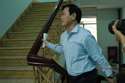 Ông Nguyễn Hữu Linh đến tòa, vội chạy trốn vào nhà vệ sinh