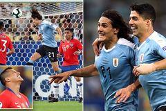 Cavani giúp Uruguay vào tứ kết Copa America với ngôi đầu bảng