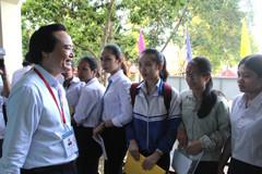 Thí sinh Ê Đê bất ngờ khi được Bộ trưởng Nhạ động viên thi quốc gia