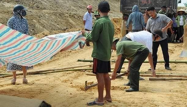 Đổ đất kênh thủy lợi ở Hà Tĩnh, thấy thi thể trôi trên xe xuống