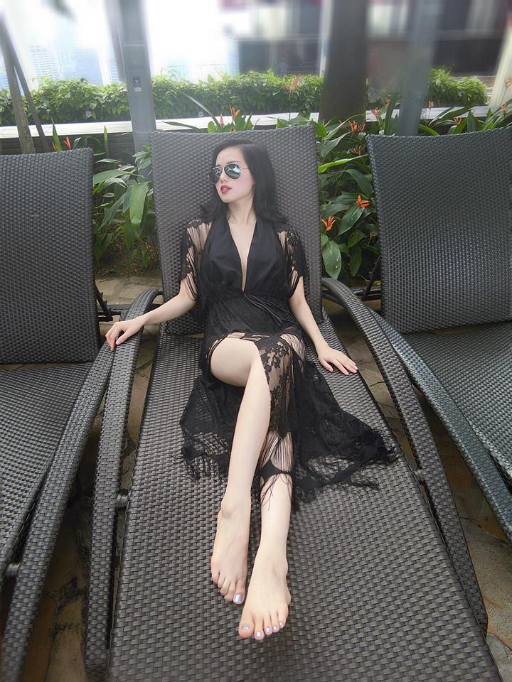 Tâm Tít diện áo ren sexy khoe vòng 1 chuẩn 95cm