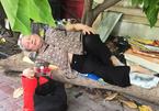 Cụ bà Sài Gòn ngả lưng trên thân cây khô chờ cháu ngoại đi thi